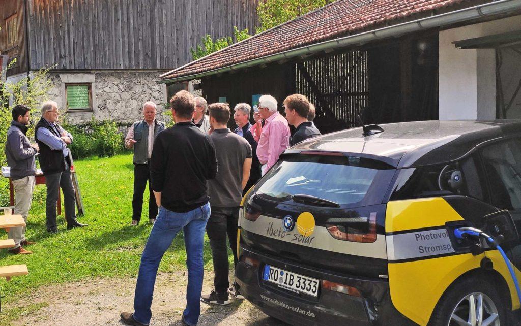 Elektroauto im Vordergrund: Kostenlos laden dank Photovoltaik